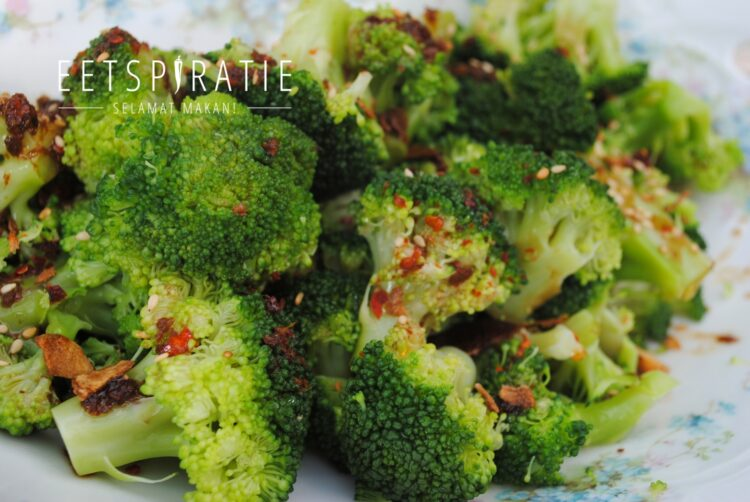 Broccoli met sojadressing en knoflookchips