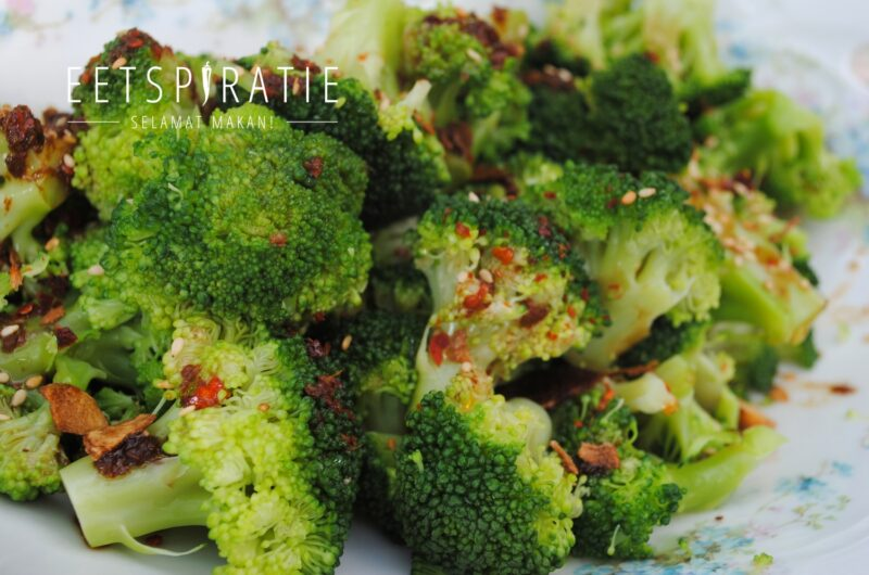 Broccoli met sojadressing en knoflook chips