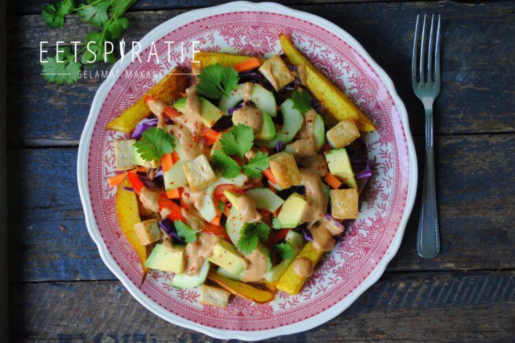 Oosterse aardappelschotel met pindasaus
