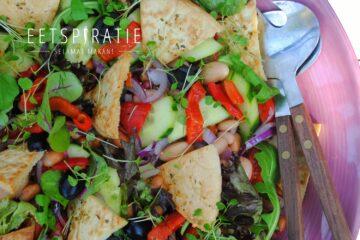 Griekse salade met pitachips