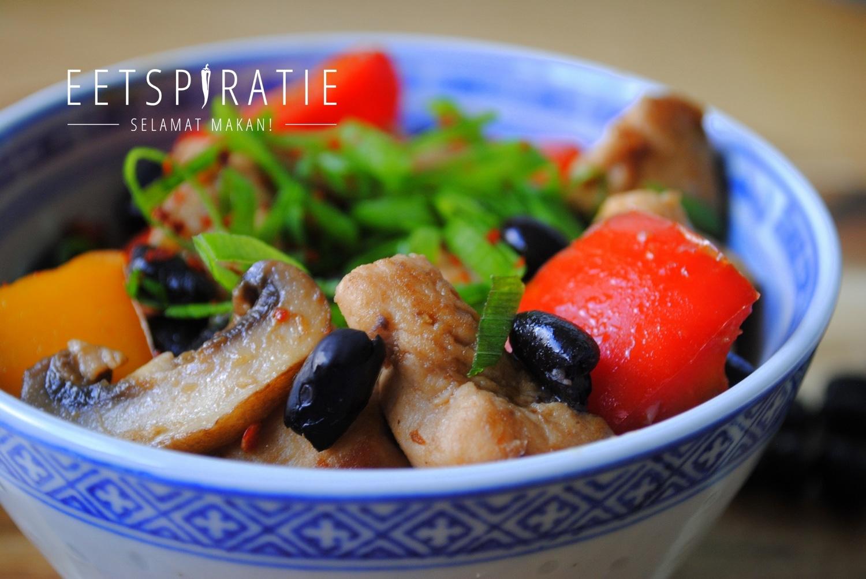 Chinees wokgerecht met kip en zwarte bonen