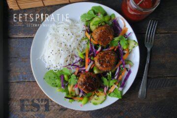 Salade met Indische gehatballetjes