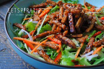 Salade met gebakken tempeh