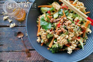 Oosterse broccoli salade met krokante noedels